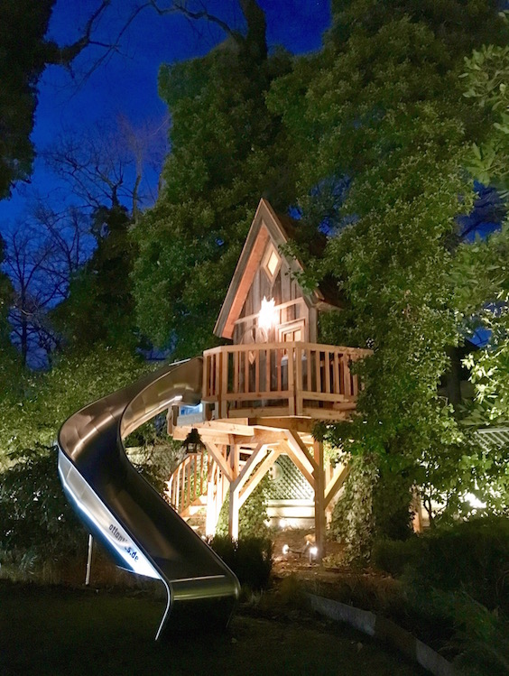A witch's treehouse spotted in Munich!